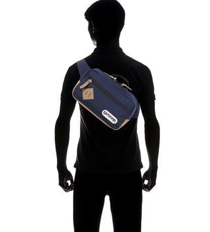 斜め掛けショルダーバッグを持つ男性