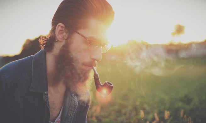 キセルを吸う外人男性